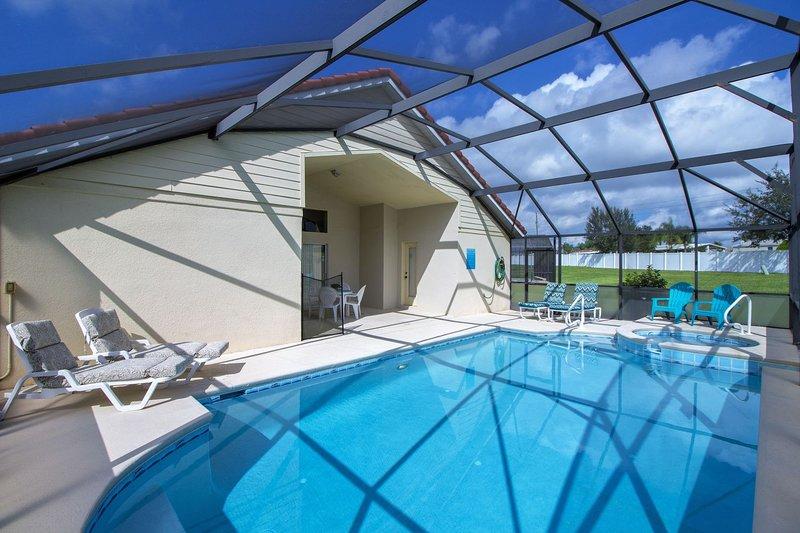 Sunny pool deck con piscina privata, spa e lanai