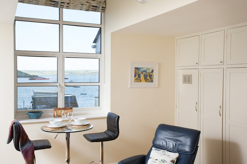 The Spinnaker sleeps 2 with views across the harbour, WiFi and reserved parking, location de vacances à Falmouth