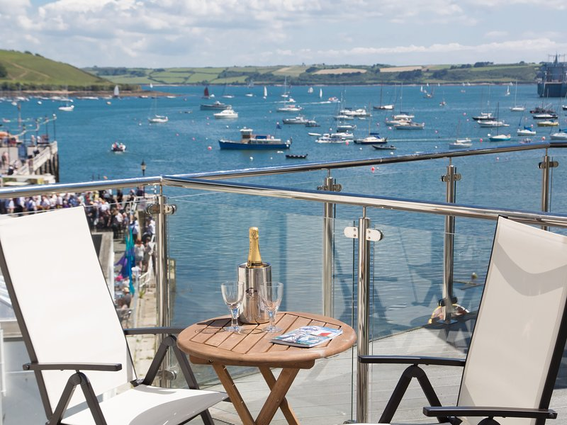 The Pier Penthouse with parking and WiFi overlooking all of Falmouth harbour, alquiler vacacional en Falmouth