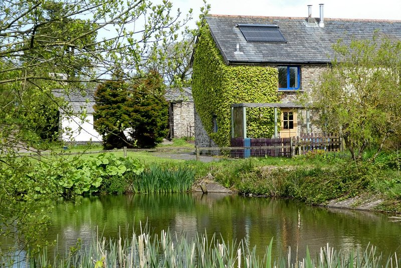 Charming Otter Cottage, by the fishing pond