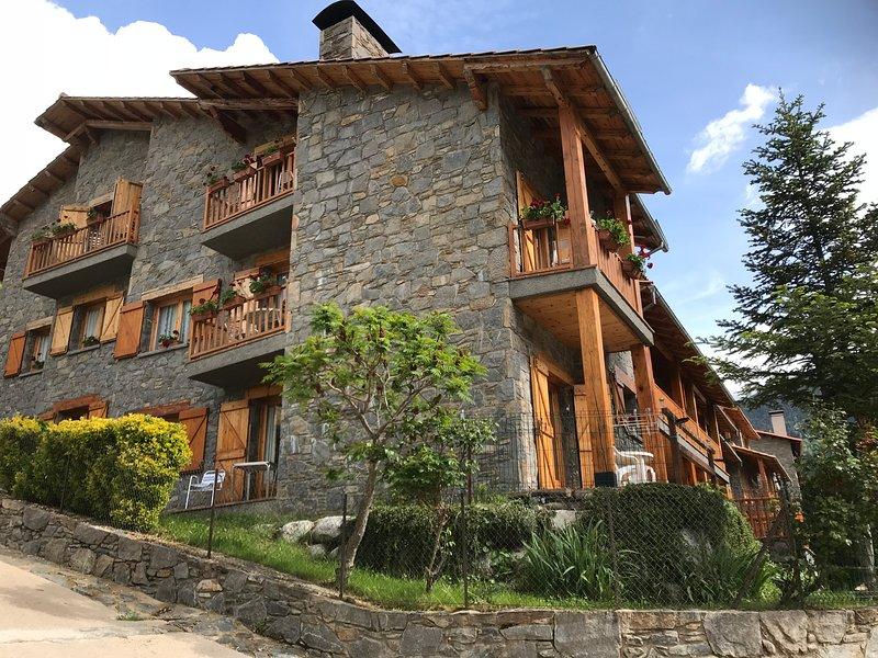SETCASES J  HABITATGE FAMILIAR DE CAN BOTA  AMB JARDI VALLTER D'OR, holiday rental in Serrat