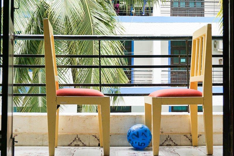 Balcón orientado a la piscina con sonido de fuente de agua