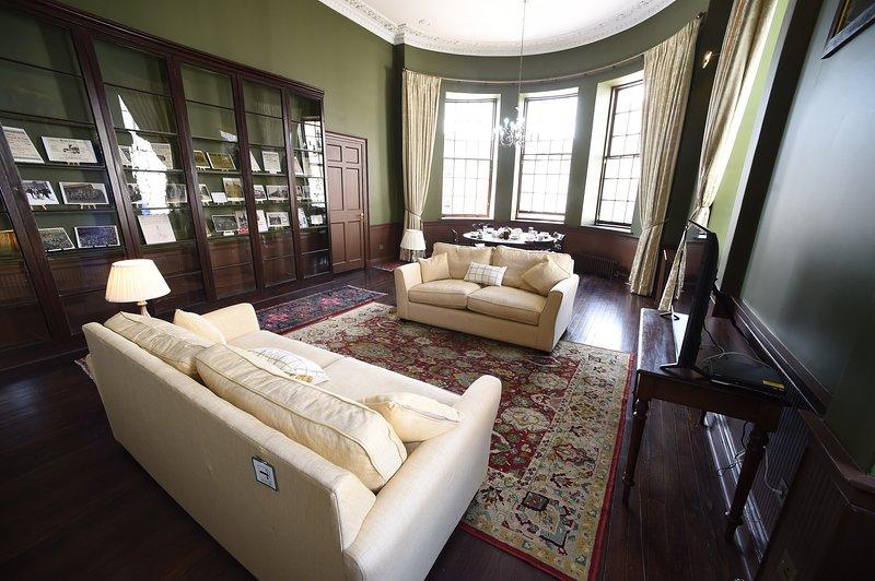 Cupar Burgh Chambers: Large Apartment Near St Andrews Sleeping 7, alquiler vacacional en Cupar