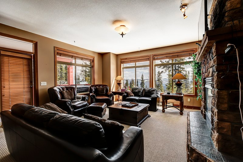 SLEEPS 15 - Skin In / Out 3 Bedroom 2 Bath + Hot Tub + 2 Parking, vacation rental in Big White