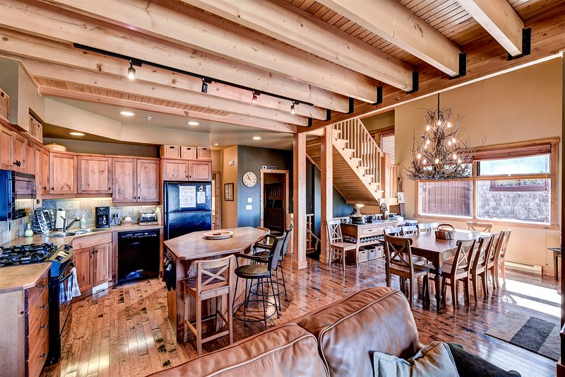 SLEEPS 17 - 5 Bed/3 Bath, and Private Hot Tub - 4 FLOORS, vacation rental in Big White