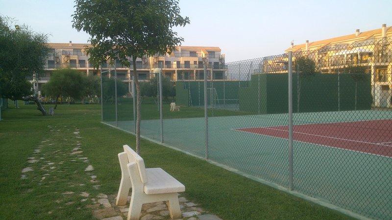 Tennis och paddla tennisbanor.