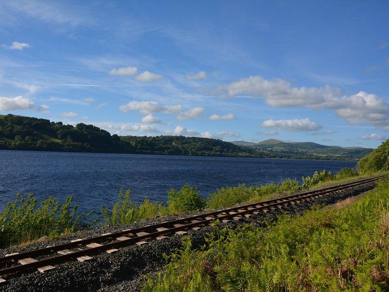 Goditi un viaggio in treno intorno a questo famoso lago