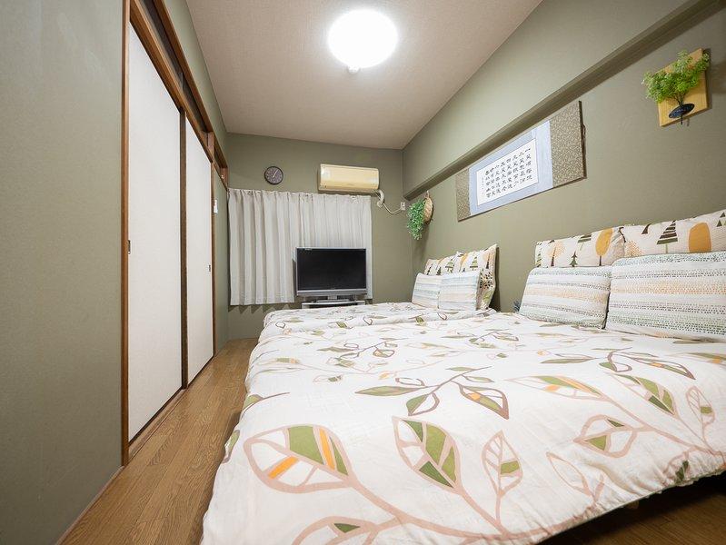 Slaapkamer 2 met tv: 2 semi-tweepersoonsbedden, geschikt voor maximaal 4 personen