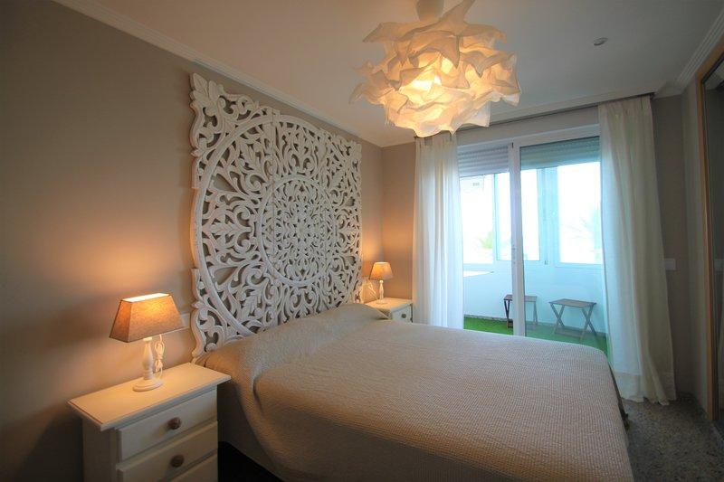 Escucha y disfruta del Mar Mediterráneo en 1º Línea de San Juan Playa., vacation rental in Sant Joan d'Alacant