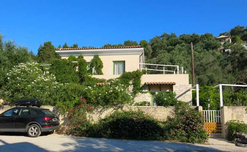 Sea-level Villa for 6 with garden in Loggos, holiday rental in Loggos