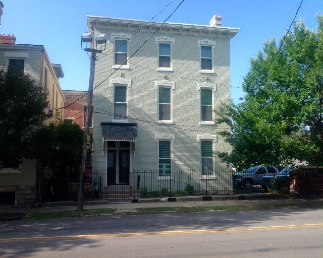 Il condominio si trova al 2 ° e al 3 ° piano del palazzo. con le scale da salire. Parcheggio sul lato destro.