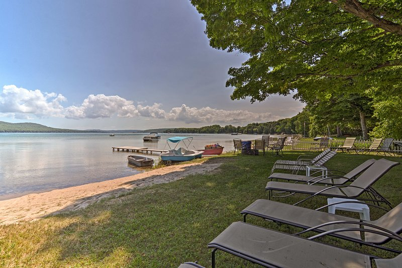 Relax at Little Glen Lake with your group of 6.