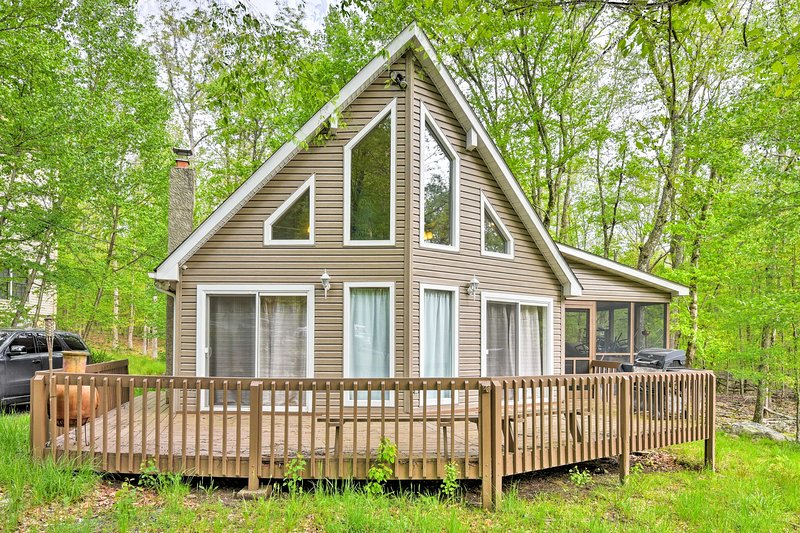 Cozy Bushkill Retreat w/ Lake Access & Amenities!, holiday rental in Sandy Hook