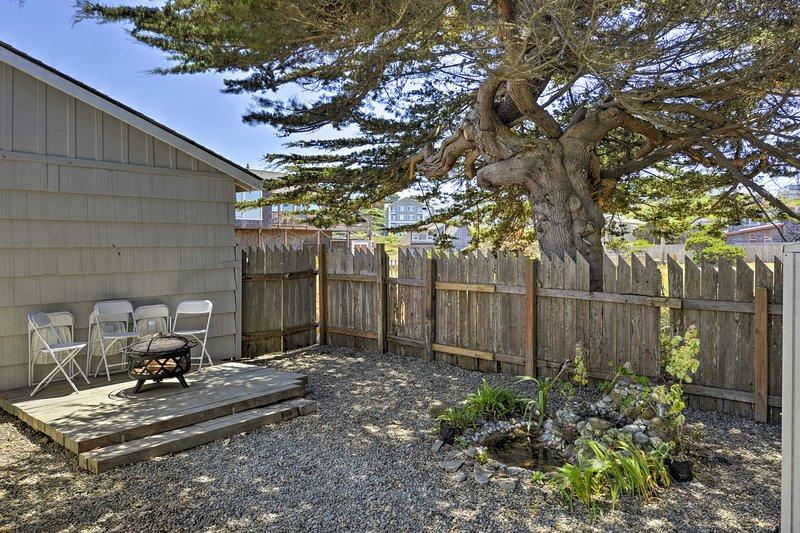 Avec des terrains nouvellement aménagés et des vues sur l'océan, cette maison est une oasis en plein air.