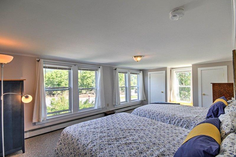 Zwei Queen-Betten heben dieses Schlafzimmer hervor.