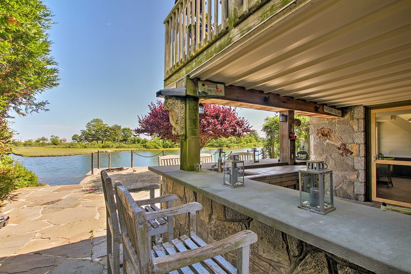 This home is located on the lake and boasts abundant outdoor amenitites!