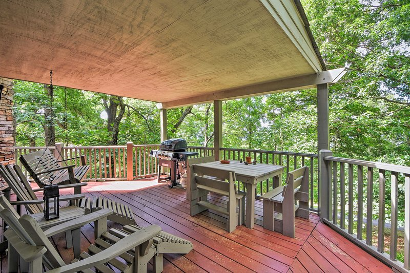 Unwind with your party of 6 on the cabin's spacious deck.