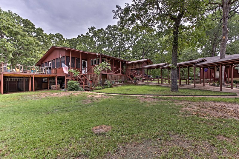 Luxury Lake Resort w/Privacy+Outdoor Entertainment, holiday rental in Eustace