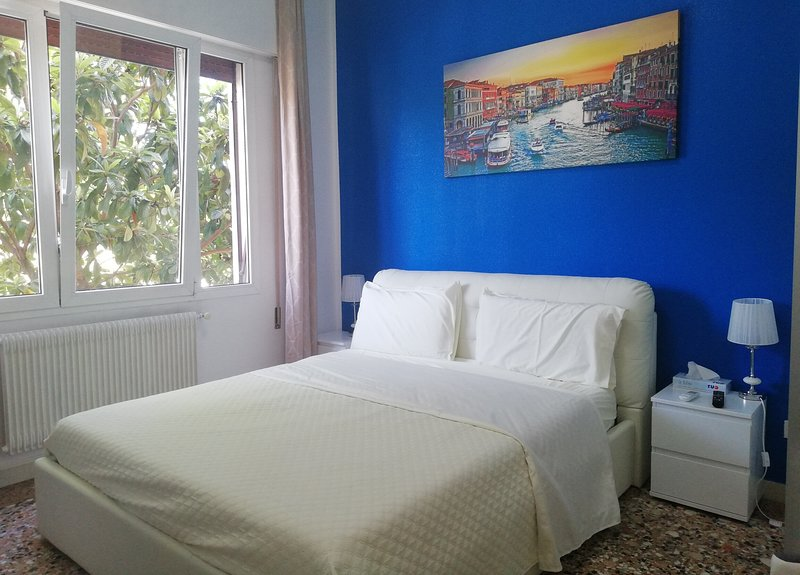 Romantic Blue King Room-Sleep-2, AC, WiFi , 10 Minutes to Venice, holiday rental in Marghera