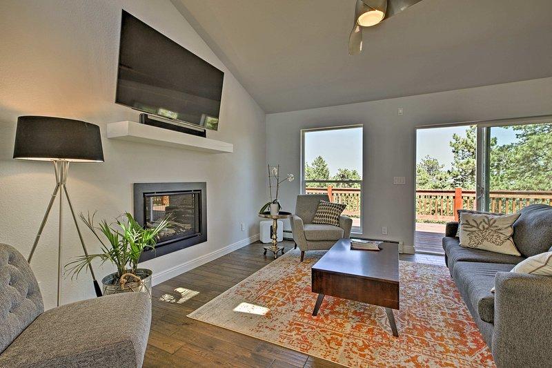 Modern Morrison House w/ Deck & 2 Fireplaces!, location de vacances à Pine