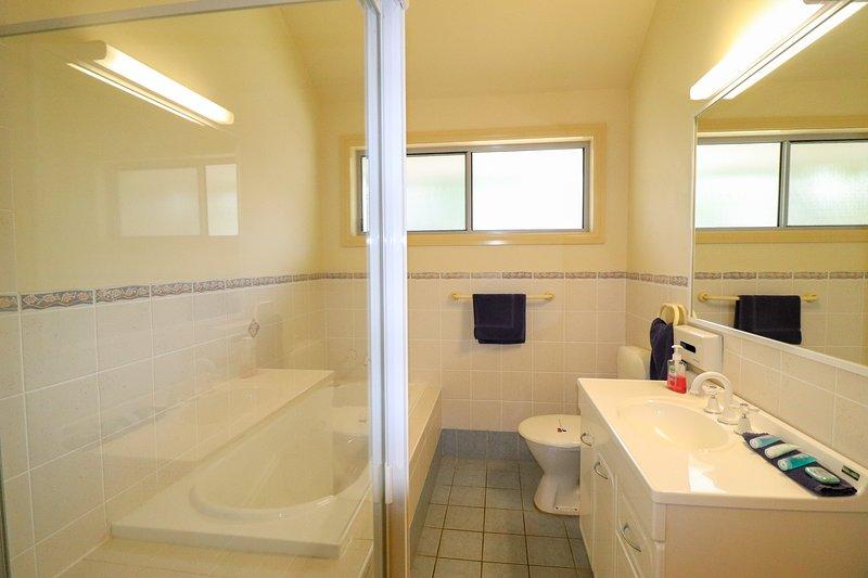 Casa de banho principal com banheira e chuveiro
