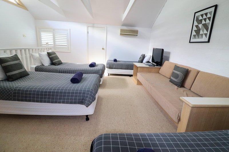 Loft espaçoso com quatro camas de solteiro