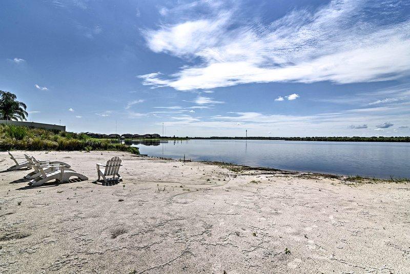 Slather sur la crème solaire et se détendre par le lac de 75 acres.