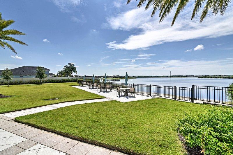 Une végétation luxuriante et des vues incroyables sur le lac encadrent la maison de location de vacances.