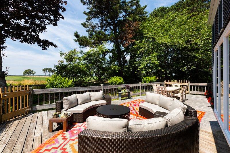 Private und geräumige Terrasse mit Grill, Sitzgelegenheiten im Freien und eine herrliche Aussicht