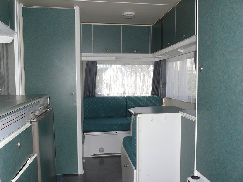 Links ziet u het keukentje, rechtsachter een zitje en rechts een hangkast