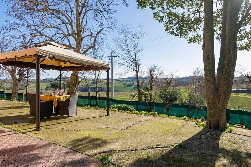 Spacious apartment with garden, vacation rental in Polverigi