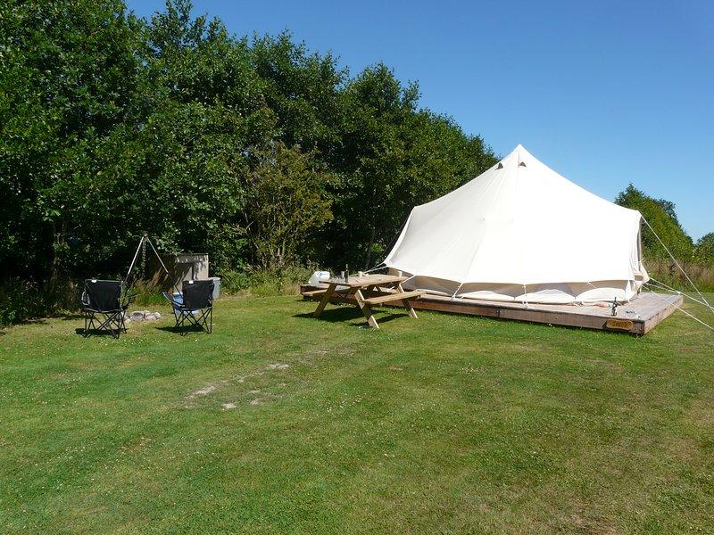Prachtige Bell-tent, luxe ingericht, holiday rental in Earnewald