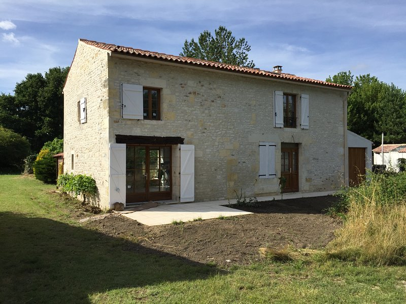 3 Bed House / Farmhouse, vacation rental in Chenac-Saint-Seurin-d'Uzet