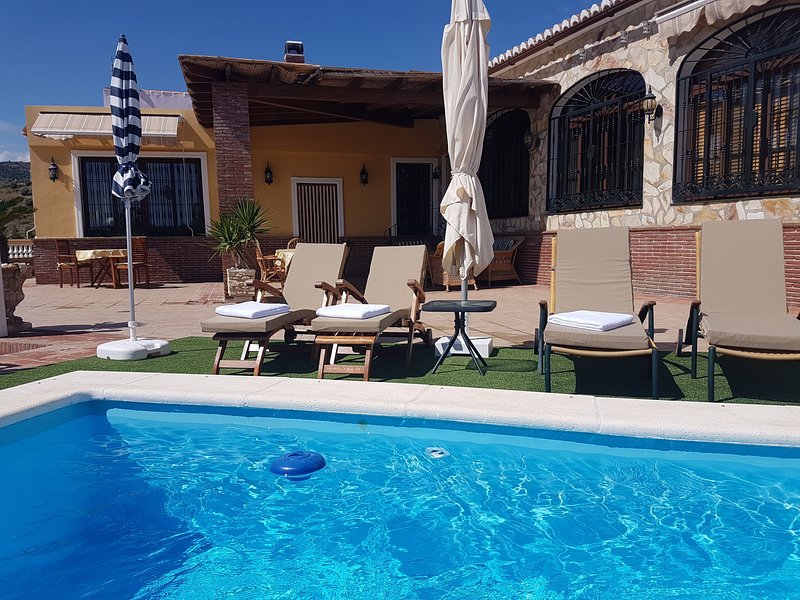 VILLA JARDIN DEL MEDITERRANEO CON PISCINA PRIVADA, vacation rental in Torrox