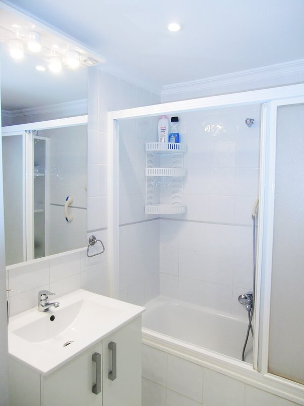 FULL BATHROOM, WITH BATHTUB AND SHOWER,WITH SOAP, GEL SHOWER, CHAMPU, HYGIENIC PAPER,HAIR DRYER
