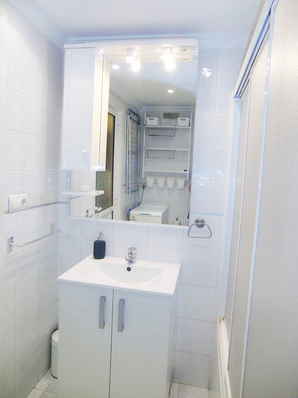 FULL BATHROOM, WITH BATHTUB AND SHOWER,HAIR DRYER AND HAIR STRAIGHT IRON,