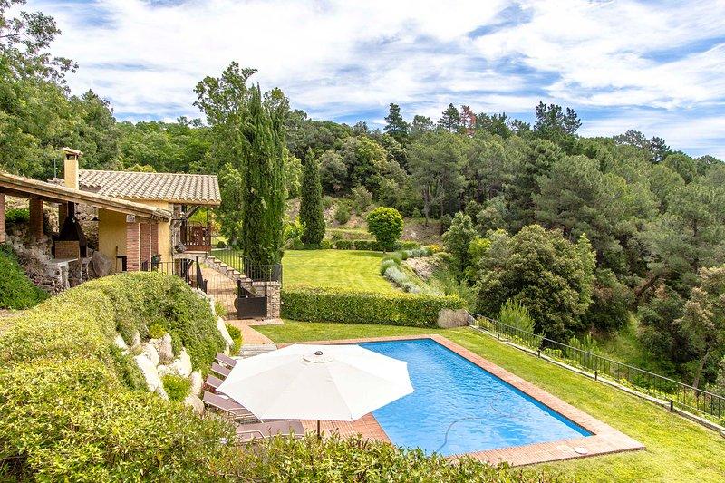 Catalunya Casas: Rustic Villa Buixa with mountain views, 30 km to the beach!, casa vacanza a Breda
