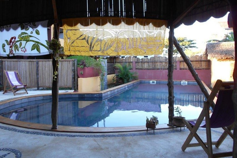 Petite maison de charme avec cuisine et grande terrasse dans jardin tropical, location de vacances à Nosy Be