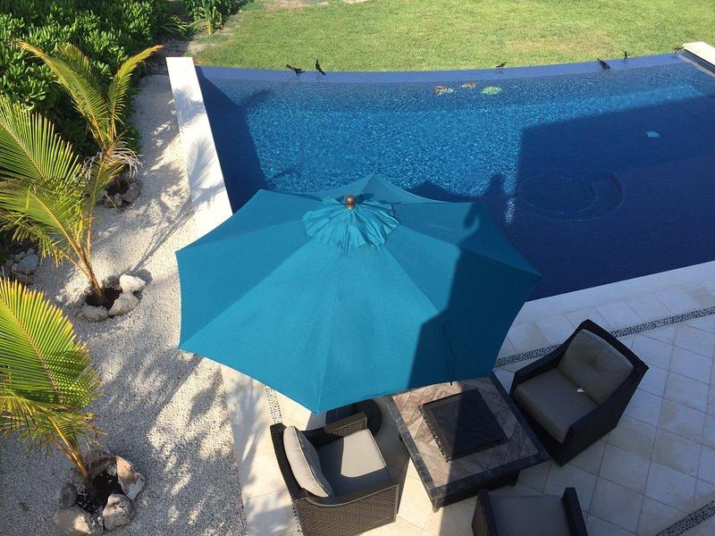 Gran piscina infinita con vistas al mar caribe