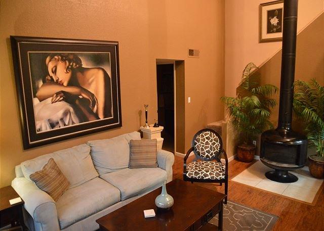 Un salon accueillant avec une cheminée unique pour des nuits douillettes.