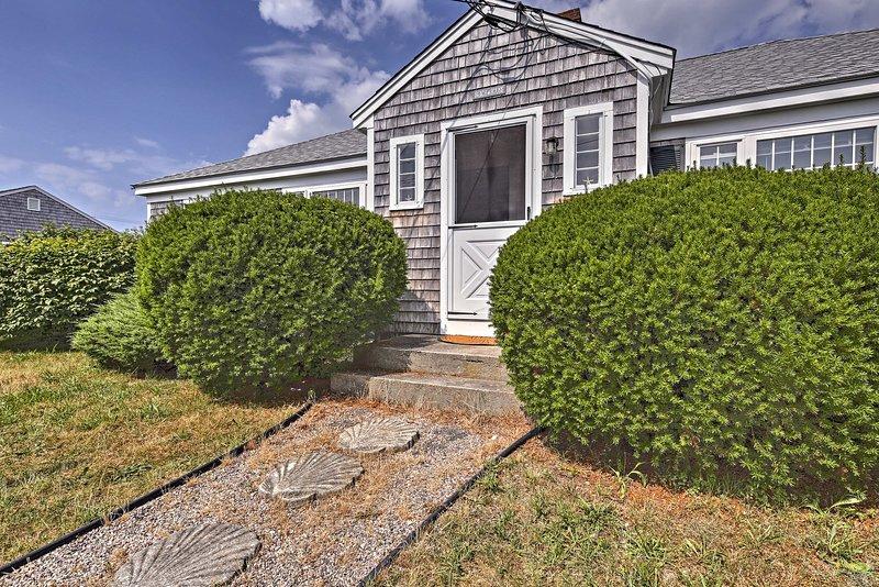Updated Cottage - 300 Feet to Craigville Beach!, location de vacances à West Hyannisport