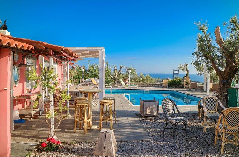 Domaine de Bollana-La maison rose:Maison de charme isolée,piscine et vue mer, vacation rental in Rethymnon