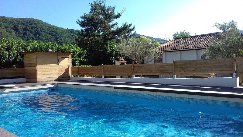 la piscine au soleil toute la journée.Le gîte au fond à droite;