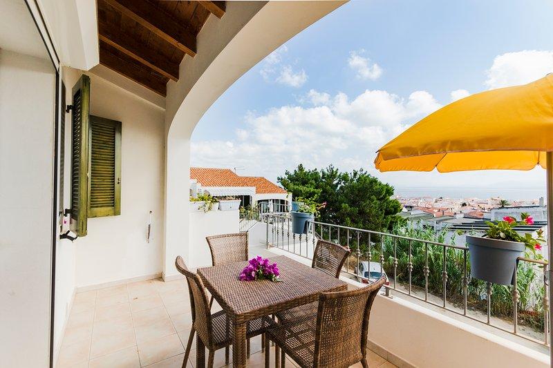 OLEANDRO, appartamento con terrazza vista mare panoramica, casa vacanza a Calasetta