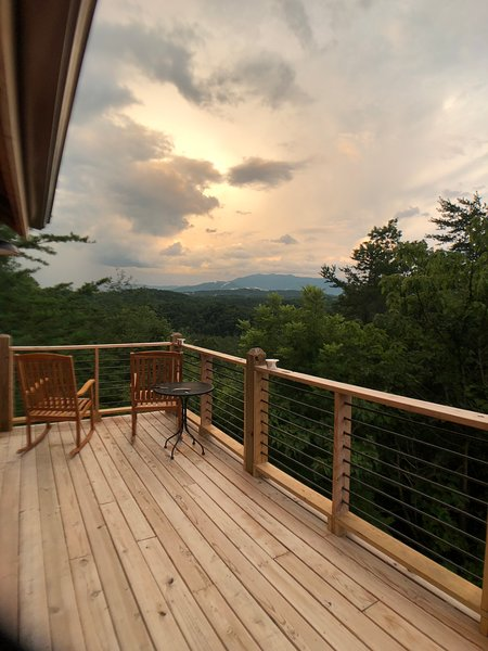 PET Friendly 2 bedroom cabin with Spectacular Views with a wrap around deck ., vacation rental in Pigeon Forge