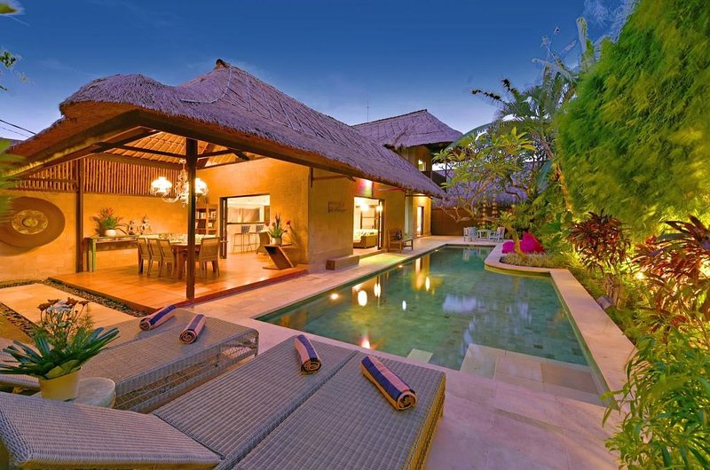 4 BEDROOM LUXURY BALI VILLA - SLEEPS 8-9 - SALT WATER POOL - CENTRAL SEMINYAK, alquiler vacacional en Seminyak