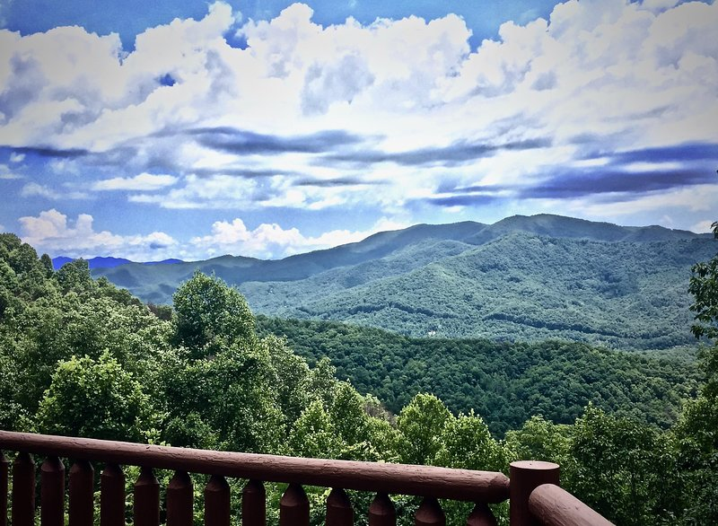 Sexy Master-2 Fireplaces-Sparkling Hot Tub-Mountain Views-WIFI-10 Min to Town, holiday rental in Bryson City