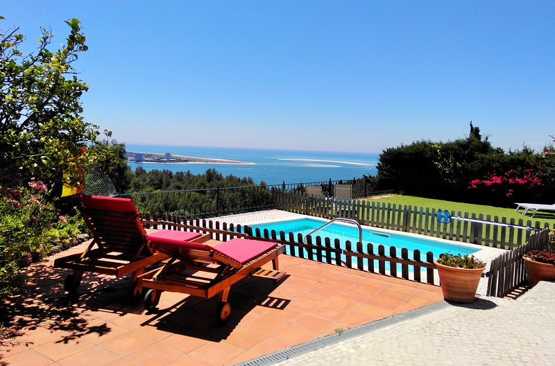Family time, peace, pool & stunning views!, holiday rental in Setubal District