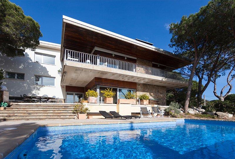 ROMANI - SPACIOUS AND INTIMATE - Elegant Villa with garden, private pool, vacation rental in Alella