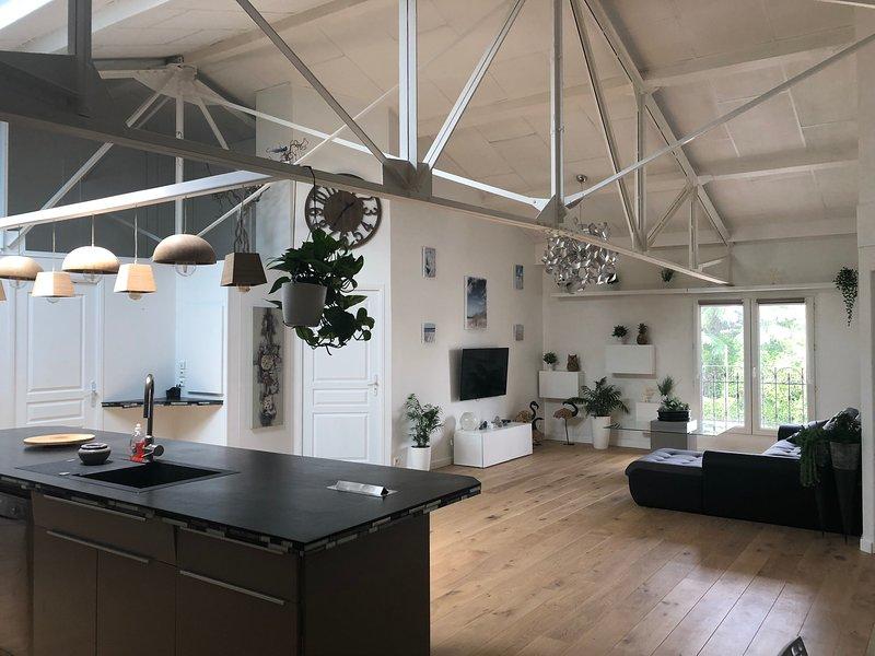 Sala de estar comedor cocina de 80 m2 completamente renovado con aire acondicionado y parquet